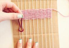 ① 毛糸を適当な長さにカットします。 ② 端から1本目、2本目の紐の上にU字型に毛糸をおきます。 ③ 毛糸の両端を下からくぐらせ巻きつけます。