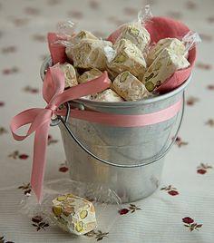 Se faltou tempo para fazer uma guloseima caseira, compre pronta e invista na apresentação: nougats no baldinho de zinco com fita