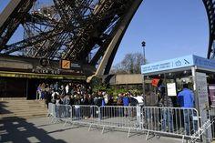 Пост досмотра на входе под башню Один день в Париже Что посмотреть в Париже всего за один день. Эйфелева Башня Paris one day Effel tower main Paris one day Effel tower stairs entrance