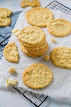 American Cookies selber machen - mit diesem einfachen Rezept gelingen sie dir garantiert. Flache Kekse, in der Mitte wunderbar weich. Auch für den Thermomix. Macadamia Cookies, Delish, Chips, Baking, Sweet, Desserts, Recipes, Food, American