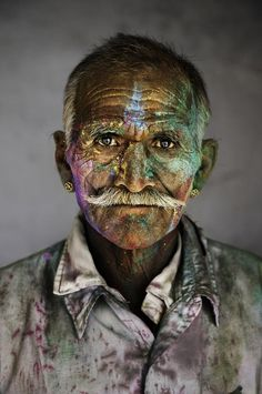Hombre indio durante el Festival de Holi por Steve McCurry.