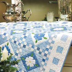 Para se fazer toalha de mesa - Blue Delft from McCalls Quilting Delft, Applique Quilt Patterns, Applique Ideas, Flower Quilts, Quilting Designs, Mccall's Quilting, Quilt Making, Making Ideas, Blue And White