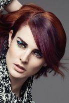 Kurzhaarfrisur für rotes Haar mit hellen Highlights und Seitenscheitel