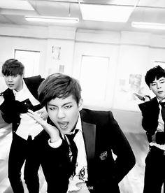 V 뷔 - Ким Тэ Хён 김태형 Kim Tae Hyung   День рождения: 30.12.1995 Вокалист  [BTS]