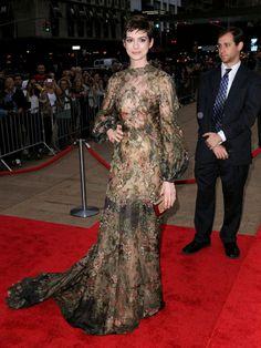 Anne Hathaway brilló con luz propia en el Homenaje a Valentino