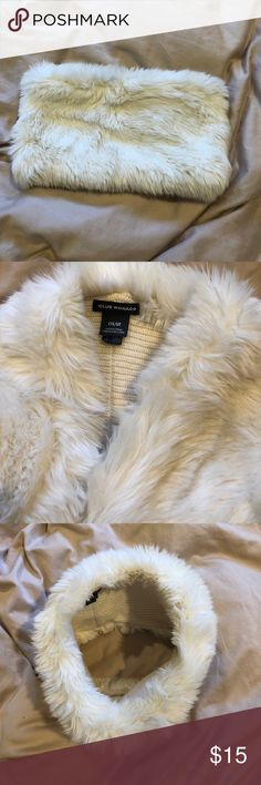 Club Monaco faux fur scarve White and soft. Stylish and warm Club Monaco Accessories Scarves & Wraps