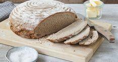 Du möchtest Roggenvollkornbrot selber backen? Dieses Rezept mit Hefe ist im Handumdrehen vorbereitet und ganz einfach nachzubacken. Damit wird das Roggenbrot außen schön knusprig und innen saftig.
