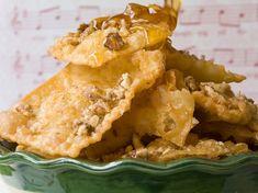 Ένα από τα πιο διάσημα γλυκά των Χριστουγέννων! Σας έχουμε την ευκολότερη συνταγή για υπέροχες δίπλες, από τον αγαπημένο μας Στέλιο Παρλιάρο! Greek Sweets, Eat The Rainbow, Greek Recipes, Apple Pie, Peanut Butter, Easy Meals, Cooking Recipes, Baking, Desserts