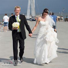 En tur på strandpromenaden #Bryllup #Wedding #Bryllupsfotograf #Intofoto #Bryllupsfoto #Bryllupsfotografering #Hillerød #Nordsjælland