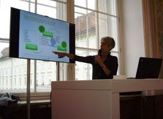 Charlotte Hager erläutert den Kontext des Employer Brandings am HR Inside Summit, 23.9.15 © comrecon Victoria, Flat Screen, Stage, Modern, Trendy Tree, Flatscreen