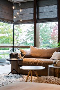 If you are creating your minimalist living-room, it is best that you let the natural light enter in the space, by keeping your windows dressing easy. Boho Living Room, Home And Living, Living Room Decor, Home Curtains, Curtains With Blinds, Roman Blinds, Draperies, Modern Window Treatments, Home Remodeling