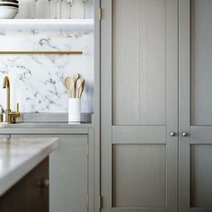 Calacatta marble is perfect for backsplash with grey cabinets Beige Kitchen Cabinets, Brass Kitchen, Kitchen Backsplash, Kitchen And Bath, New Kitchen, Swedish Kitchen, Kitchen Grey, Kitchen Countertops, Shaker Cabinets
