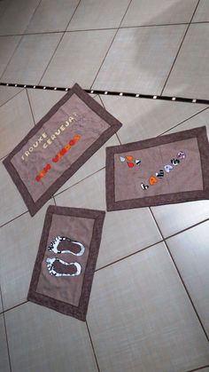tapete para banheiro e porta de entrada