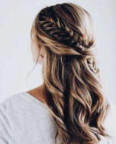 tresse de coté sur une chevelure longue avec natte épi de blé passant derrière la tête, coiffure femme stylée