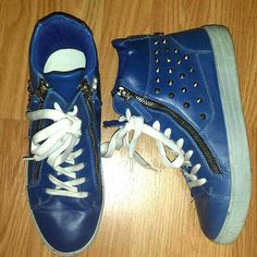 Size: 8.5 M can fit 8-9 with socks. Brand: Rosette Hightops. EUC worn maybe 2x's. Royal Blue & White with Silver hardware zippers & studs on the side. 2 zippers in the front for easy on & off access, no need to use or undo the laces. Zipper on the back for decoration only. Silver studs on outside of ankle. Great to match your school colors and wear for pep rallies! School Spirit.