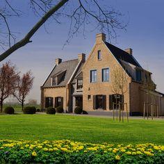 Nieuwe woning? Alles kan bij Brummelhuis V.38   Brummelhuis Dutch House, New Homes, Villa, Hotels, Cabin, Inspiration, Architecture, Live, House Styles