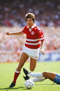 Denmark player Michael Laudrup in action during an International match against Brazil on June 1989 in Copenhagen, Denmark. Get premium, high resolution news photos at Getty Images Best Football Players, National Football Teams, World Football, Retro Football, Vintage Football, Legends Football, International Football, Manchester United, Soccer