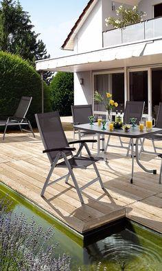 Gemütlicher Gartenstuhl Auf Der Terrasse | Moderner Gartenbereich Mit  Teichanlage