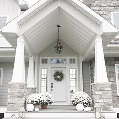 One more week of lingering fall decor and then it's all out Christmas prep over here! 🌲 If you missed it, I have 5 (commonly overlooked) tips to make your holiday guests feel welcome 👉🏼on the blog👈🏼!! {link in profile} For the last of fall moments, I am pretty taken back by this front porch via @nc_homedesign ! 😱 . . . #shutthefrontporch #fallfrontporch #falldecor #whitefalldecor #frontporch #coveredfrontporch #whitepumpkins #whitemums #craftsman #craftsmanstyle #whiteexterior…