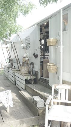 Pallets and wood for Mobile Home Skirting? Remodeling Mobile Homes, Home Remodeling, Caravan Makeover, Shepherds Hut, Outdoor Living, Outdoor Decor, House On Wheels, Tiny Living, House In The Woods