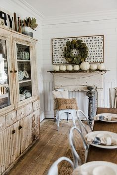Cool 88 Adorable Farmhouse Fall Decor Ideas for Kitchen. More at http://88homedecor.com/2017/09/05/88-adorable-farmhouse-fall-decor-ideas-kitchen/