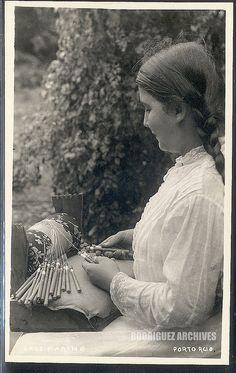 Puerto Rico, lady making bobbin lace/ mujer haciendo encaje mundillo