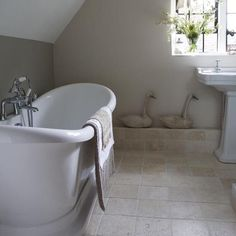 Modern Country Style: Colour Study: Farrow and Ball Hardwick White Click through for details. Modern Country Bathrooms, Rustic Bathrooms, Bad Inspiration, Bathroom Inspiration, Bathroom Ideas, Loft Bathroom, Craftsman Bathroom, Bathroom Green, Bathroom Windows