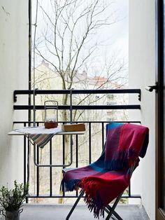Aucun balcon n'est trop petit pour une décoration sympa ! Un plaid coloré peut rapidement apporter un côté confortable et trendy.