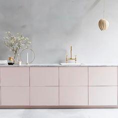 Modern Kitchen Interior Beautiful pink kitchen with marble worktop - Ikea Kitchen, Home Decor Kitchen, Rustic Kitchen, Interior Design Kitchen, Home Kitchens, Kitchen Ideas, Cozy Kitchen, Kitchen Modern, Kitchen Colors