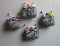 5 LLAVEROS DE CROCHET Y MÁS IDEAS... | Otakulandia.es Crochet Brooch, Crochet Yarn, Crochet Toys, Knitting Patterns, Crochet Patterns, Crochet Ideas, Fridge Decor, Crochet Christmas Ornaments, How To Start Knitting