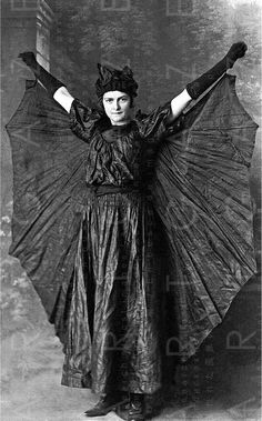 Batgirl - New South Wales, 1930 Halloween vintage Photos D'halloween Vintage, Vintage Halloween Photos, Victorian Halloween, Victorian Photos, Vintage Photographs, Vintage Holiday, Victorian Vampire, Antique Pictures, Halloween Pictures