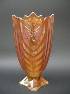 Wazon, szkło prasowane, barwione w masie, rozalinowe, iryzowane Huta Hortensja, l. 300 XXw.