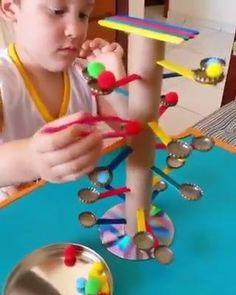QUE SHOW!!!! Brincando, ele vai melhorando o movimento de pinça, a destreza, coordenação óculo manual (coordenação motora fina), a atenção e concentração para colocar cada pompom no seu lugar! ▫ Professora Mari