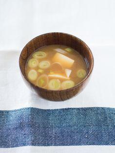 くらしのきほん|おいしいみそ汁をつくりましょう。   ダシは日本独自のものです。ダシは、伝統的な日本料理が、哺乳類や鳥類を材料としていなかったことで、油脂の利用もなく、スパイスを用いることもない食文化によって生まれた、知恵のひとつといわれています。