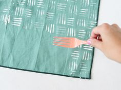 Technique Hash Mark Fork Pattern: Using a plastic fork, dip the prongs evenly into fabric paint and press down onto the napkin, while holding the fork vertically. For the next stamp, hold the fork horizontally and then press down. Diy Deco Rangement, Plastic Forks, Plastic Bottle, Karten Diy, Printed Napkins, Fabric Stamping, Painted Sticks, Repeating Patterns, Fabric Painting