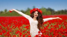 Скачать обои маки, поле, шатенка, волосы, улыбка, раздел девушки в разрешении…