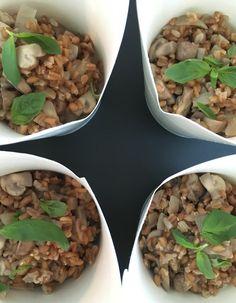 Recette Risotto d'épeautre et champignons : Coupez l'oignon, faites-le fondre dans l'huile d'olive pendant 5 minutes. Ajoutez l'épeautre et un peu d...