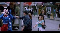 L'artiste James Nares a créé une vidéo d'une heure représentant 3 minutes de vie de la rue à New York en montant une caméra qui filme à 780 images par secondes dans une voiture. Chaque scène ressemble à une image de street photographie animée.