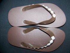 Little girl brown flip flops with tiny daisys