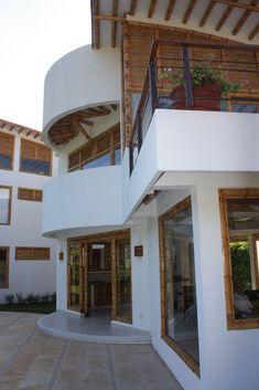 Diseño y construcción de la Casa Calvo ubicada en el municipio del Carmen de Apicalá en el departamento del Tolima por Zuarq Arquitectos. Filipino Architecture, Bamboo Architecture, Architecture Design, Bamboo Village, Casas Country, Bamboo Building, Bamboo Structure, Sims Building, Bamboo House