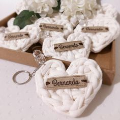 Crochet Case, Love Crochet, Crochet Gifts, Homemade Crafts, Diy Crafts To Sell, Diy Embroidery Projects, Baby Shower Souvenirs, Baby Shower Gift Basket, Diy Keychain