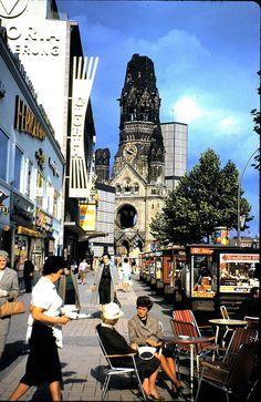 1962 West-Berlin - Kurfürstendamm und Kaiser-Wilhelm-Gedächtnis-Kirche (29. Aug. 1962). Der Gloria-Palast schloß 1998.
