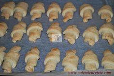 Cornulete fragede - CAIETUL CU RETETE Recipies, Deserts, Bread, Cheese, Chicken, Food, Mariana, Sweets, Recipes