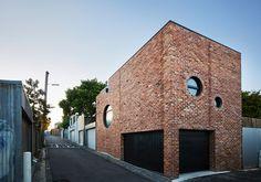 Brickface, construido con ladrillos rojos reciclados Consiste en un garaje en la planta baja, sala de estar/suite de estudio en el primer piso, y una terraza en el techo.
