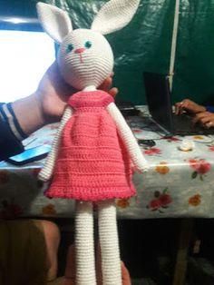 Crochet para Ti: La Conejita de las Galletas - Patrón Amigurumi Crochet Dolls, Easter Crafts, Crochet Patterns, Hat Patterns, Diy And Crafts, Kitty, Blanket, Painting, Crochet Animals