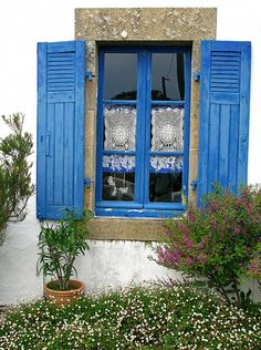 Brittany window - Typical house window in the village of Bono, Brittany, France. French Windows, Windows And Doors, Le Bono, Pintura Exterior, Belle France, Through The Window, Old Doors, Window Boxes, Architecture Design