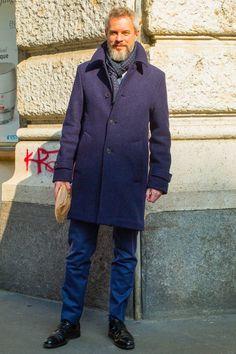 """ステンカラーコートのカッコいい着こなしを大人の男性に似合うという視点で厳選して紹介していきます。""""ステンカラーコート""""オンもオフも活躍間違いなしのアウター。スーツやジャケパンとの相性はもちろん、カジュアルアイテムと合わせて着こなすのがトレンドです。"""