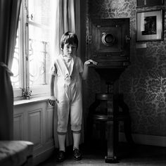 By Nelli Palomäki : 'Andreas', (Junge Menschen in alter Pose), 2010