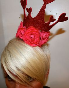 Queen of Hearts Pageant Crown. Cute inspiration for a Mad Hatter Bridal Shower. Costume Halloween, Costume Carnaval, Holiday Costumes, Alice In Wonderland Costume, Alice In Wonderland Birthday, Wonderland Party, Queen Of Hearts Costume, Queen Costume, Holidays Halloween