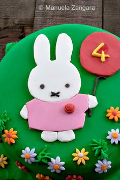 A tutorial on how to make a Miffy Cake with fondant! Fondant Icing, Fondant Cakes, All You Need Is, Miffy Cake, 4th Birthday Parties, Birthday Cakes, Birthday Ideas, Yogurt Cake, Fondant